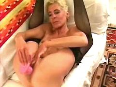 Mature plays with dildo