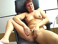 Granny plays w her cunt
