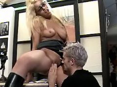 Office girl makes oralsex